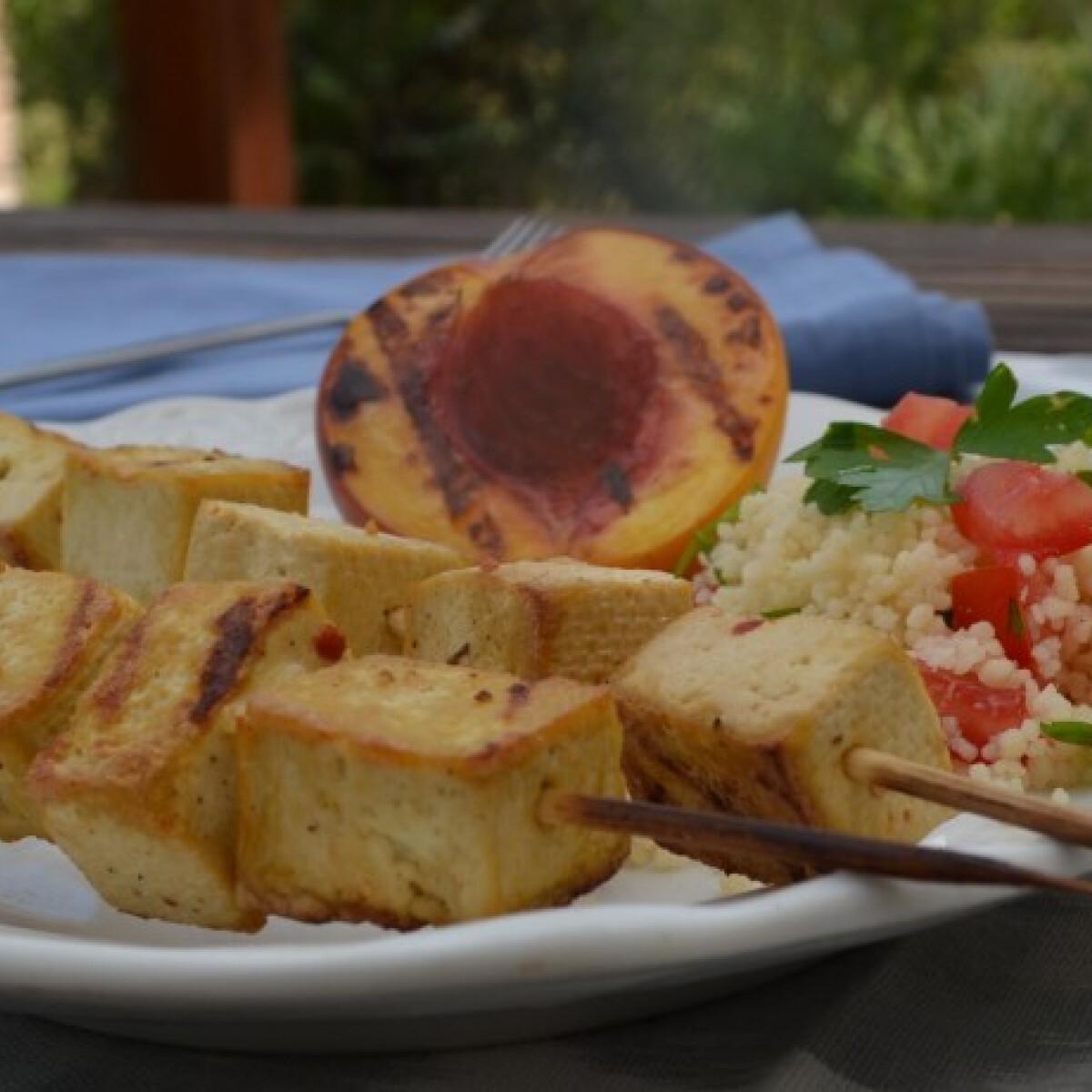 Ezen a képen: Chilis-citromos tofu grillezett nektarinnal és kuszkusszal
