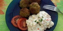 Újhagymás húsgombócok sütőben sült leveszöldség-salátával