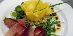 Ropogós sajtkosárban tálalt sárgadinnye gyöngyök