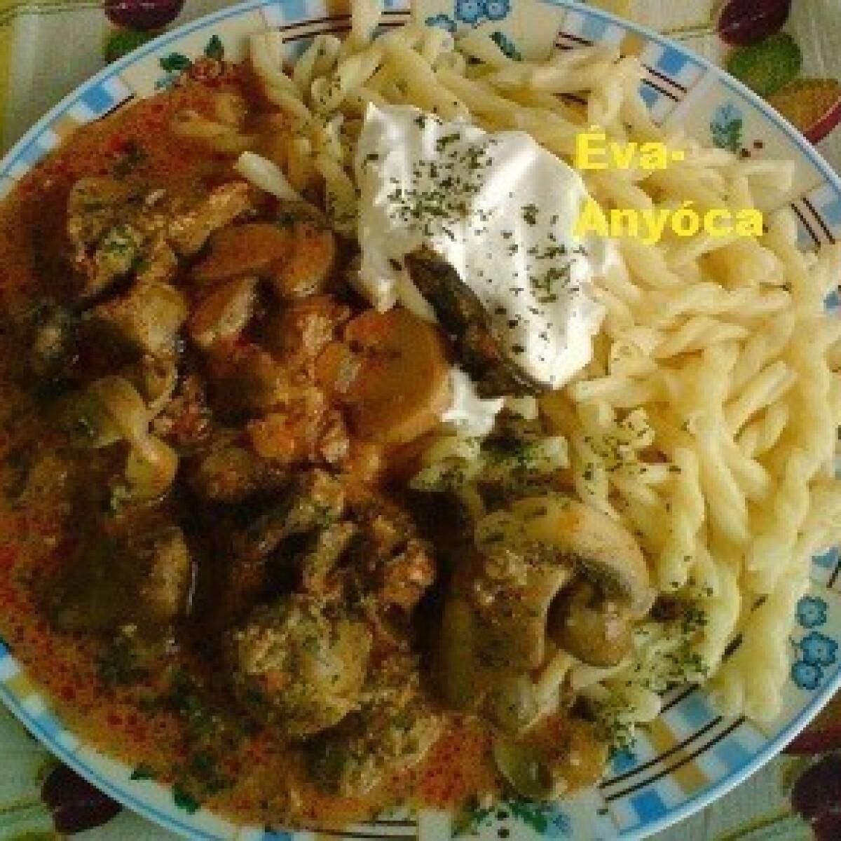 Ezen a képen: Csirkemájas-szíves gombapaprikás tésztával