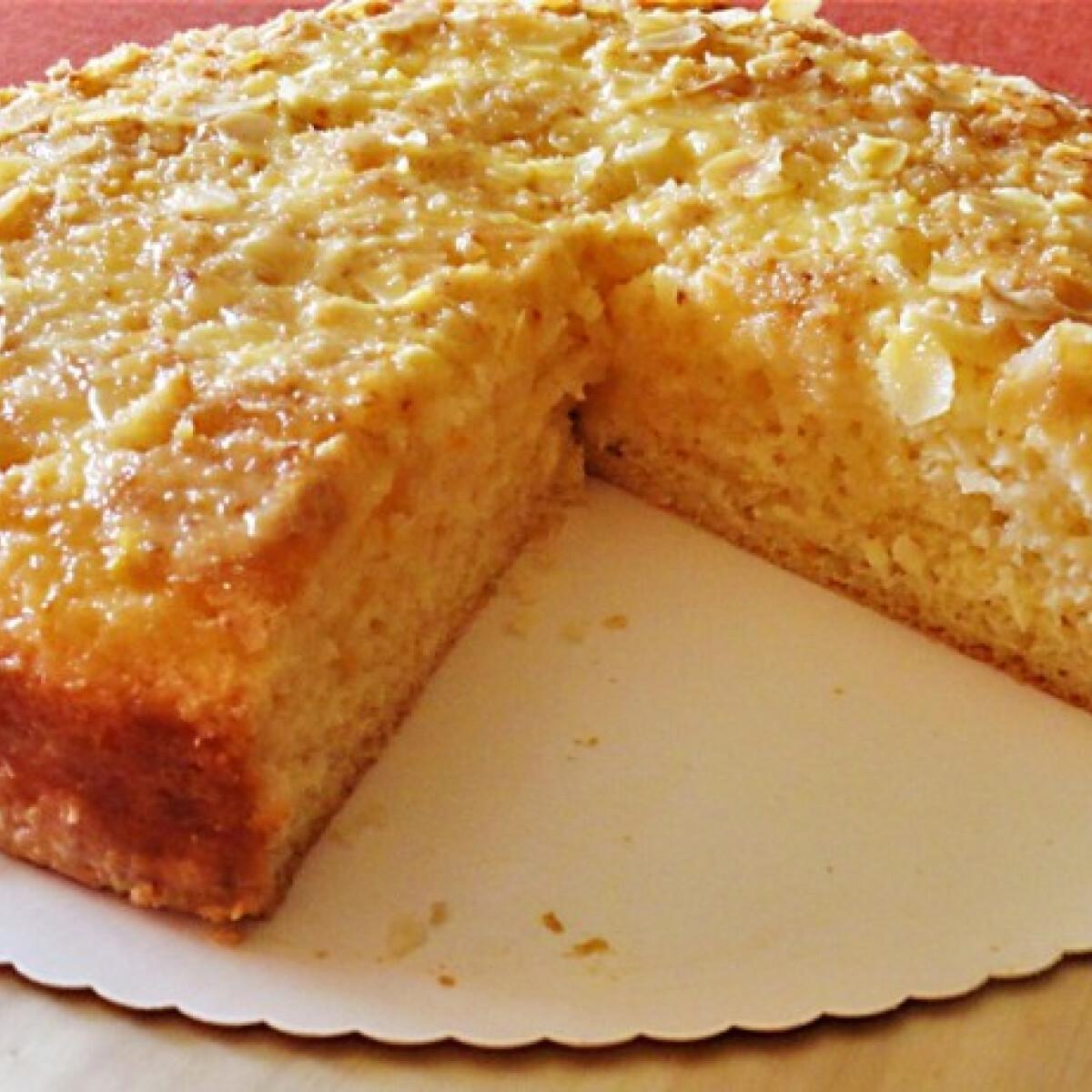 Ezen a képen: Narancsos-írós kevert sütemény kókuszos mandulaöntettel
