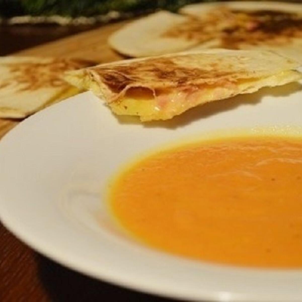 Ezen a képen: Gyömbéres sárgarépa-krémleves sonkás-sajtos tortillával
