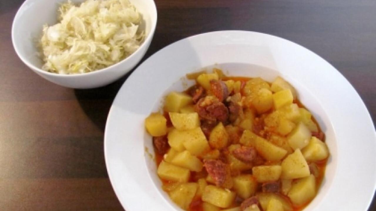 Paprikás krumpli káposztasalátával