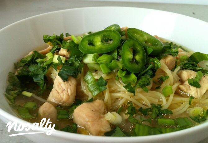 Ezen a képen: Zöldhagymás csirkeleves tésztával