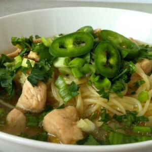 Zöldhagymás csirkeleves tésztával