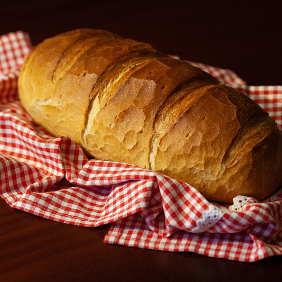 Ezen a képen: Burgonyapelyhes kenyér zománcos kacsasütőtálban sütve
