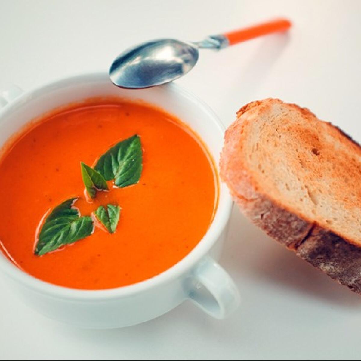 Ezen a képen: Mascarponés sültpaprika-leves