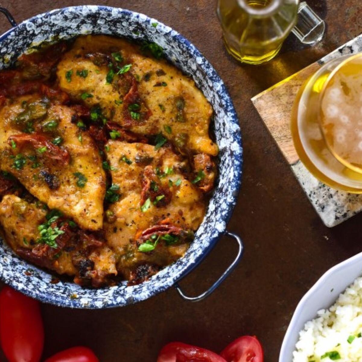 Ezen a képen: Omlós csirkemell aszalt paradicsomos-kapribogyós mártásban