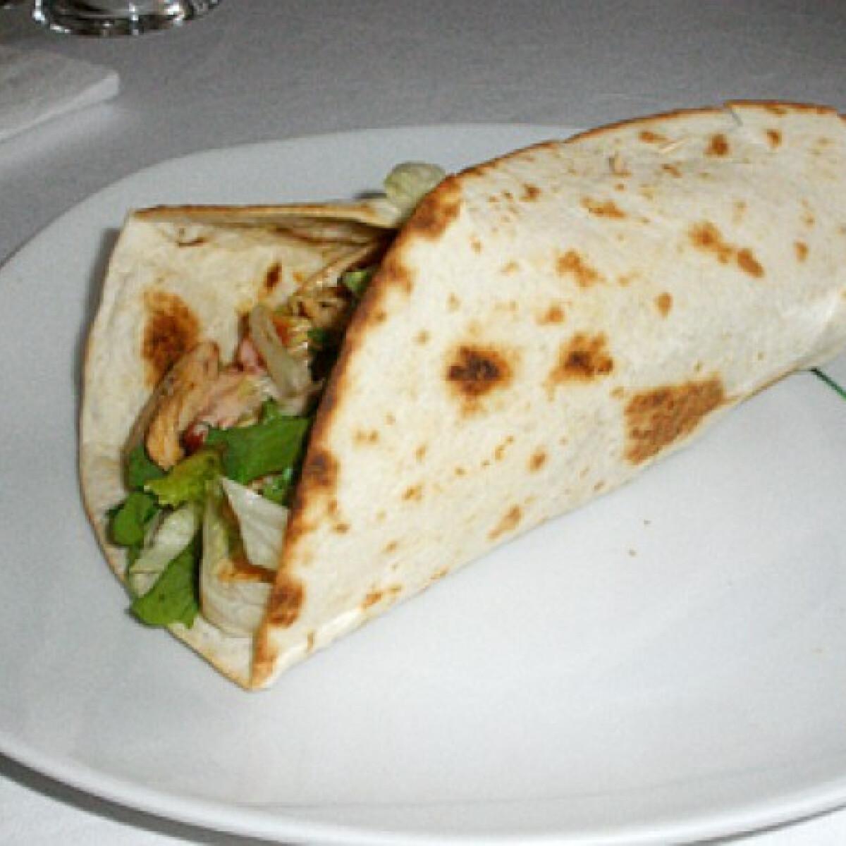 Ezen a képen: Zöldfűszeres csirkemell tortillában