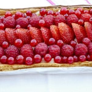 Tart piros gyümölcsökkel