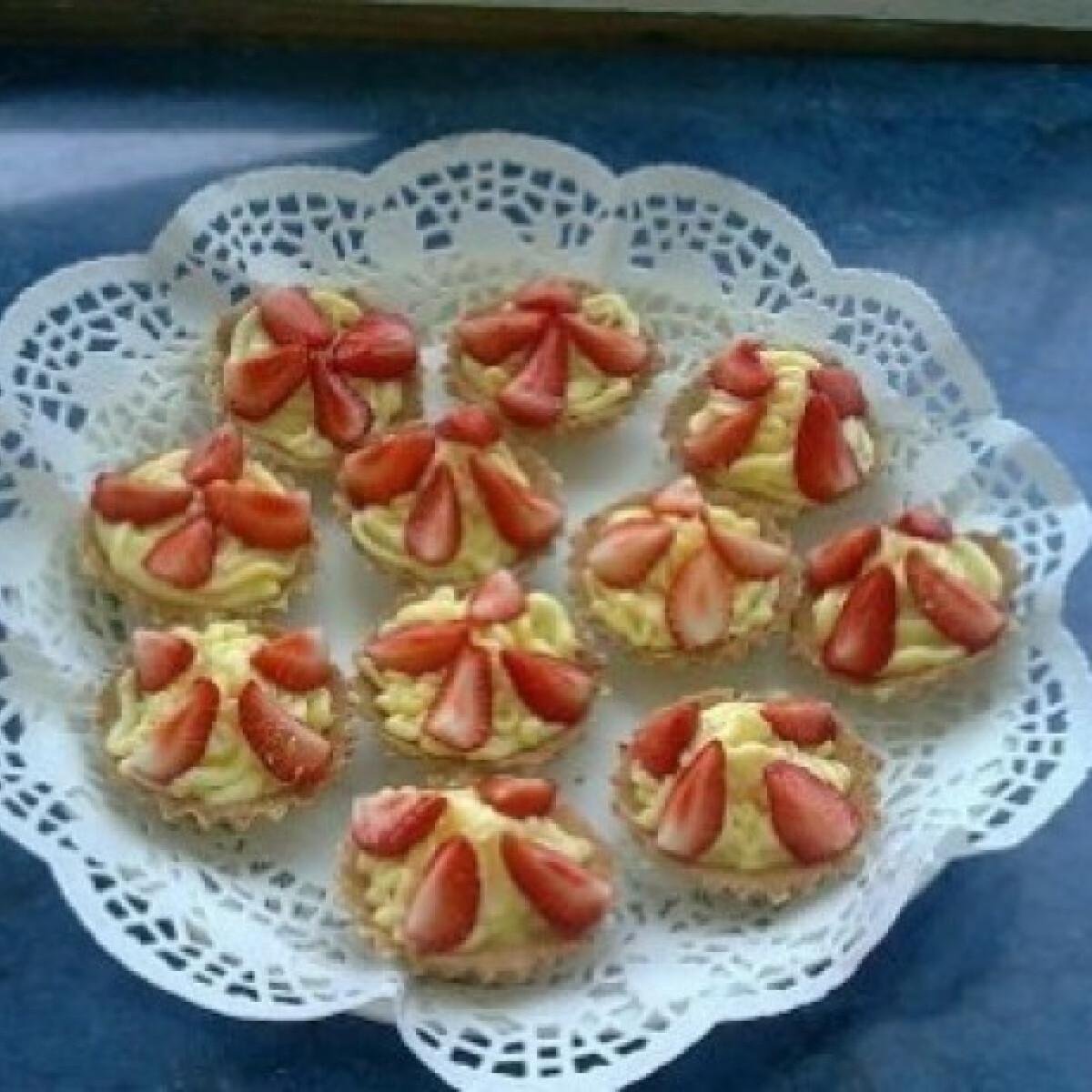 Kosárkák vaníliás krémmel, eperrel