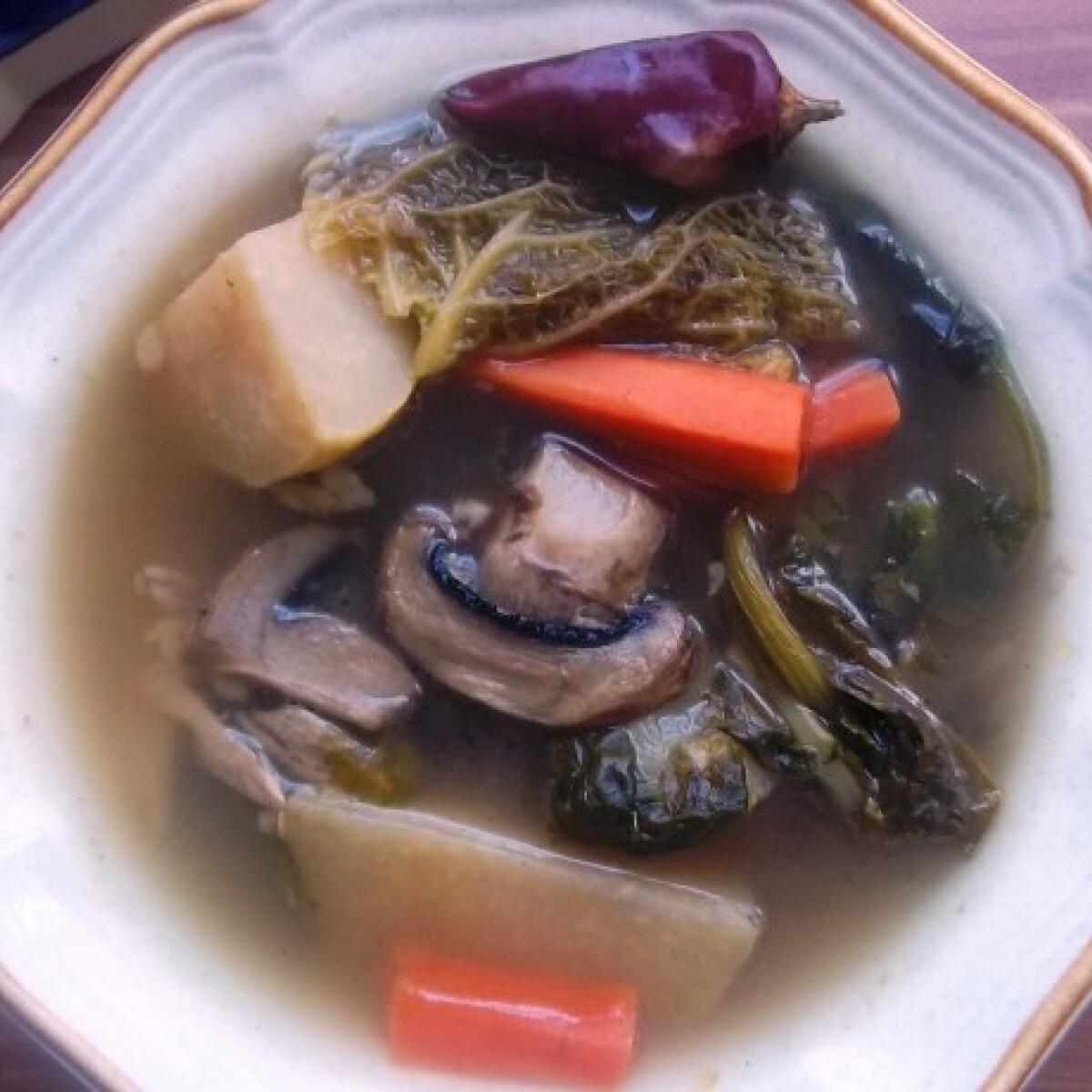 Ezen a képen: Csontleves húsos csontból és velőscsontból sok zöldséggel