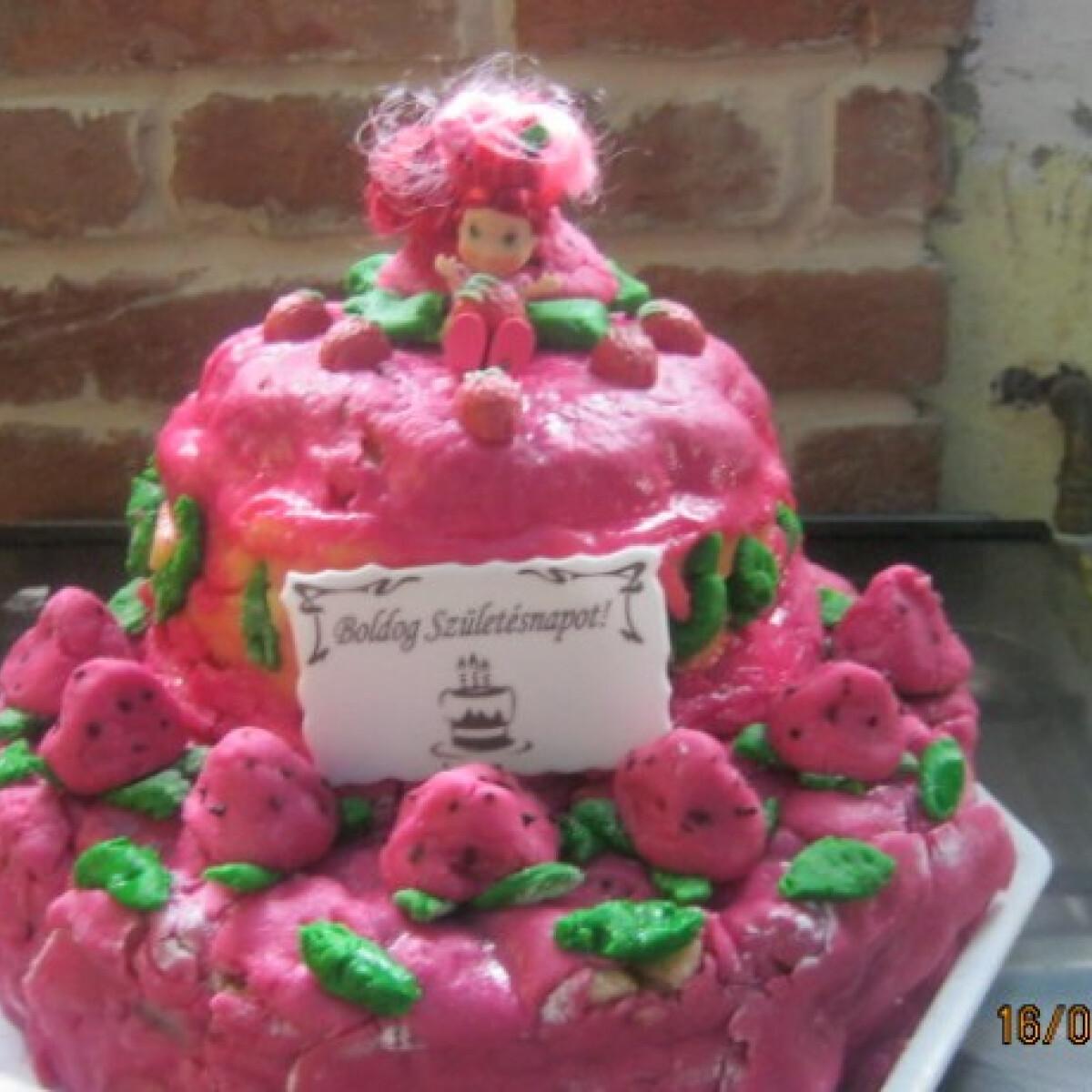 Ezen a képen: Eperke torta Kiss Mónitól