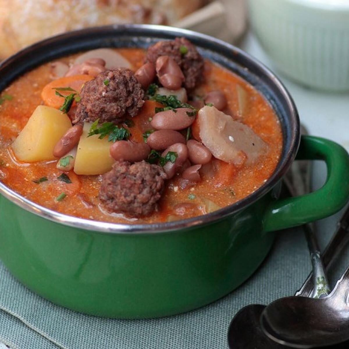 Ezen a képen: Bableves fűszeres húsgolyókkal