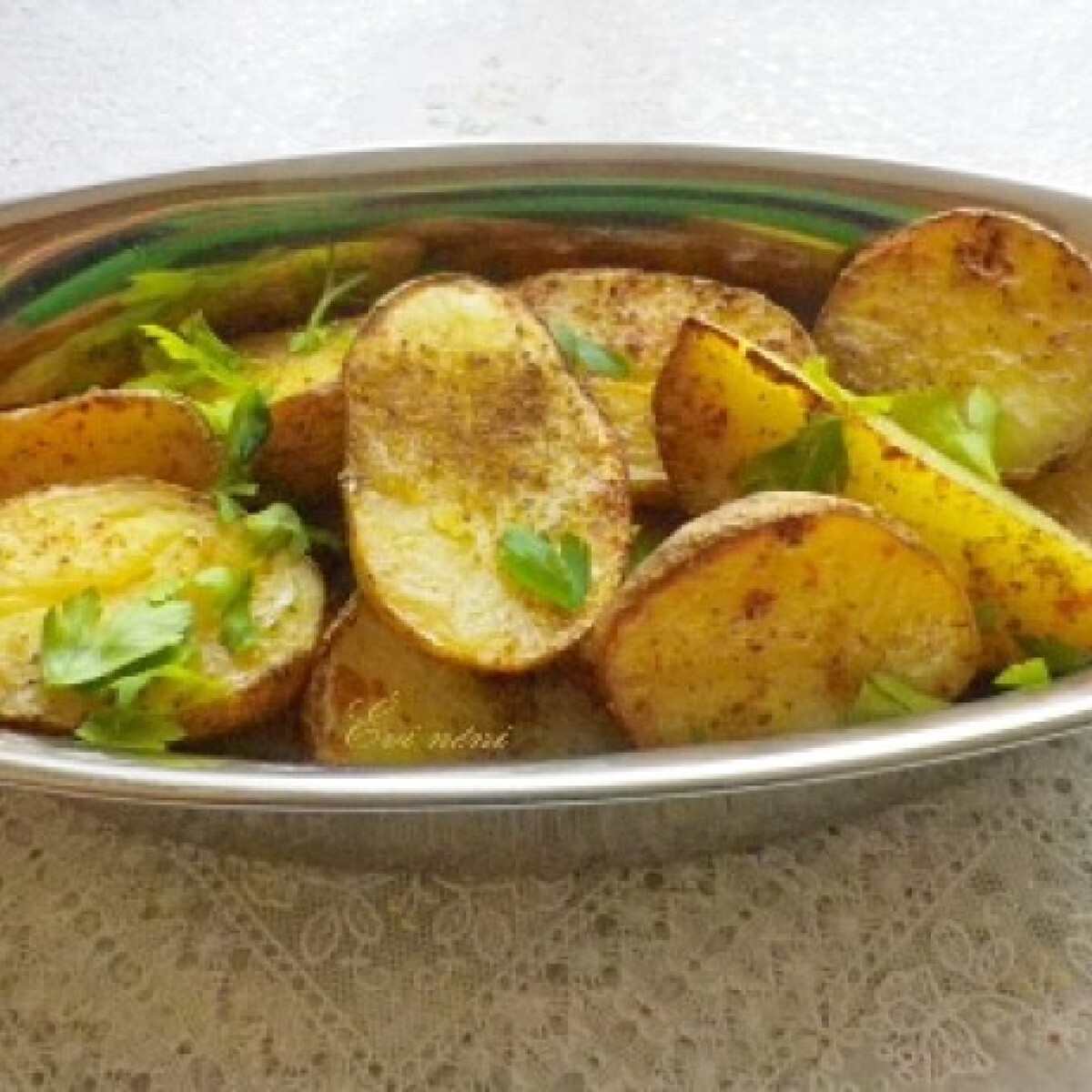 Ezen a képen: Fűszeres, héjában sült burgonya