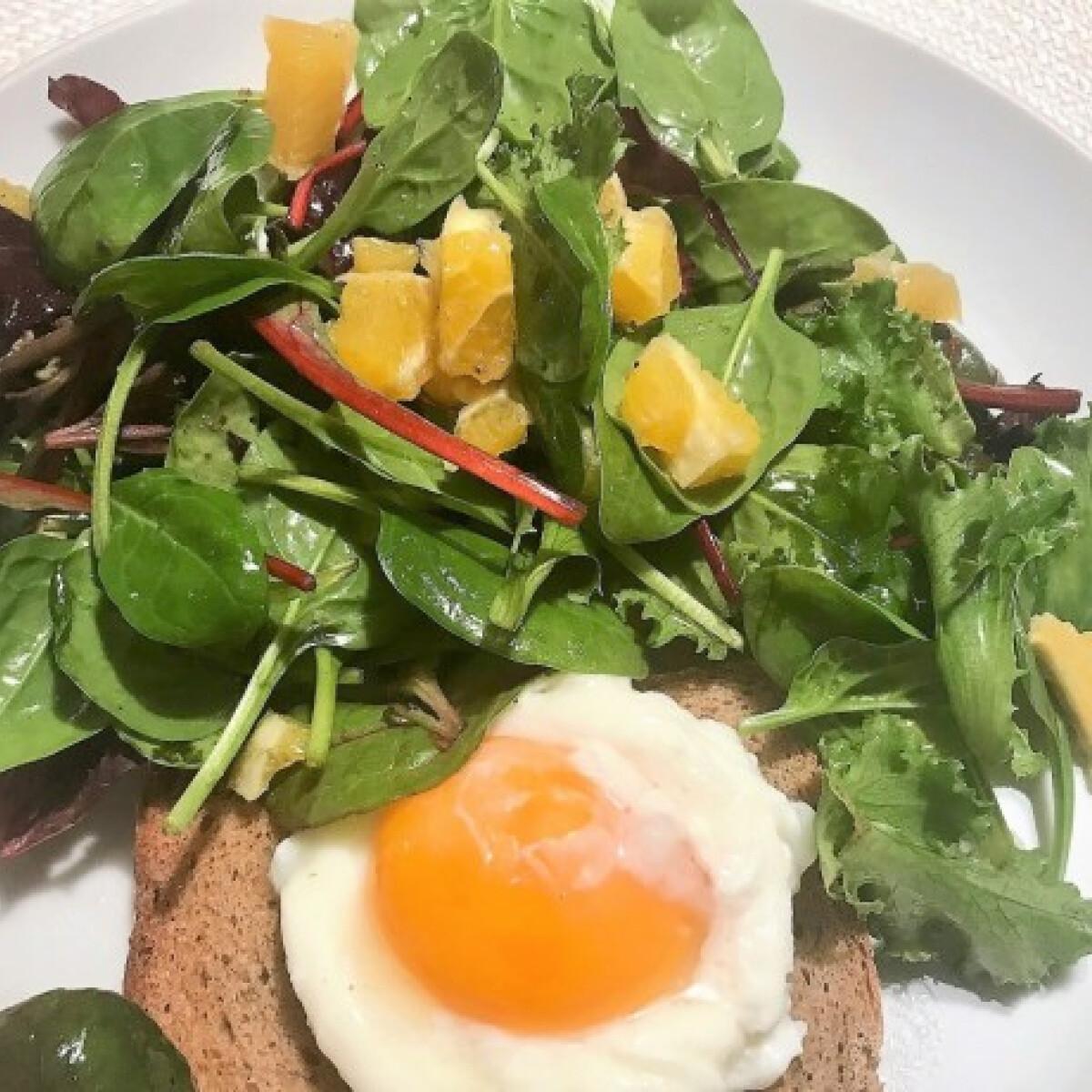 Ezen a képen: Buggyantott tojás salátával