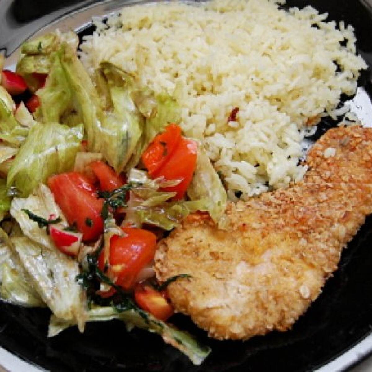 Ezen a képen: Csirkemell zabpelyhes bundában salátával