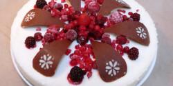 Rizstorta csokidíszekkel és gyümölcsökkel
