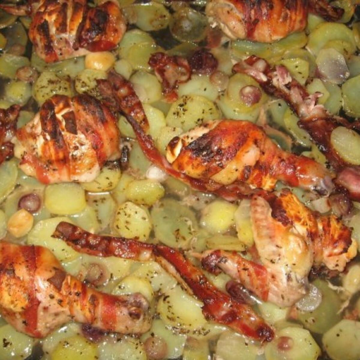 Ezen a képen: Hagymás burgonyaágyon sült fetás csirke