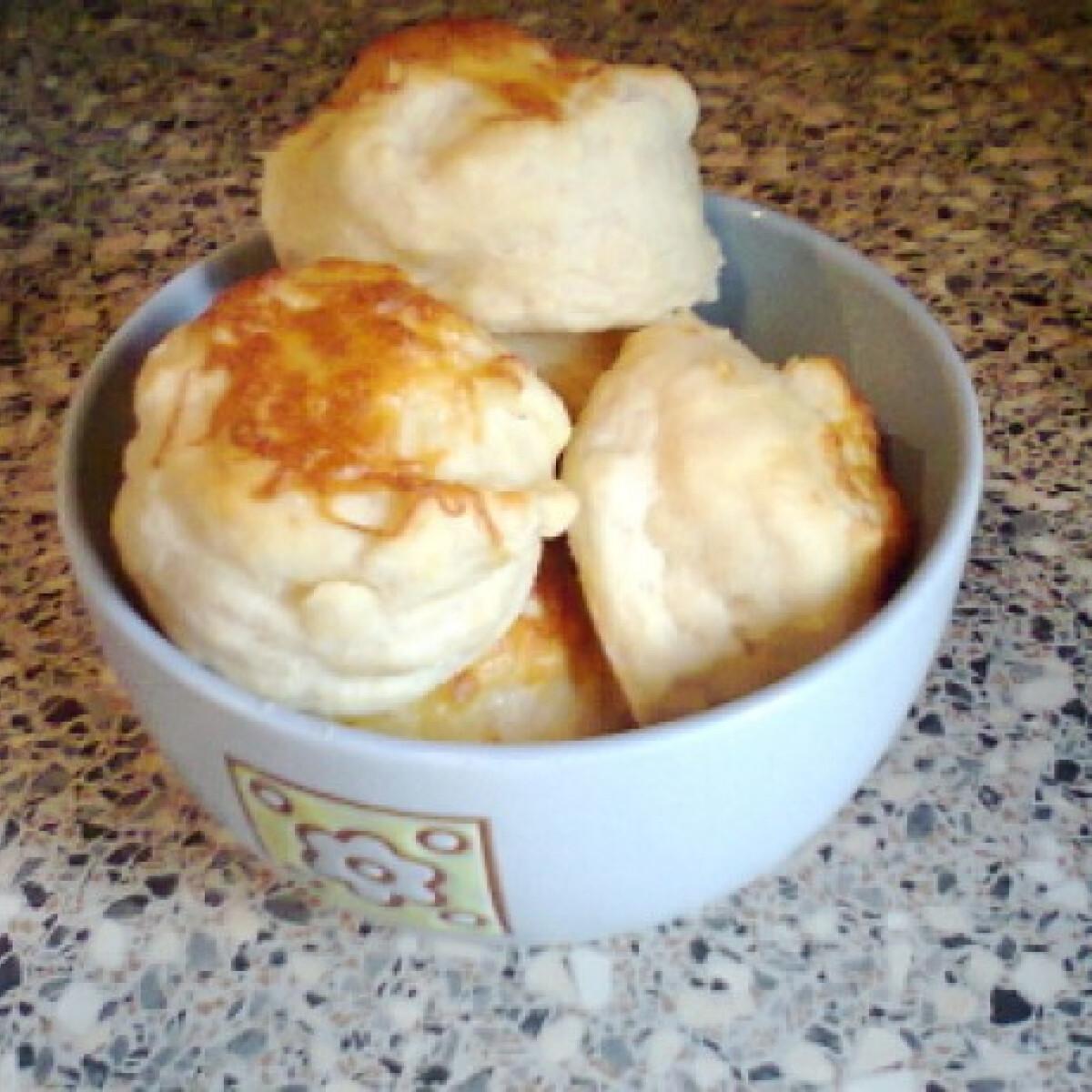 Ezen a képen: Vajas-tejfölös pogácsa