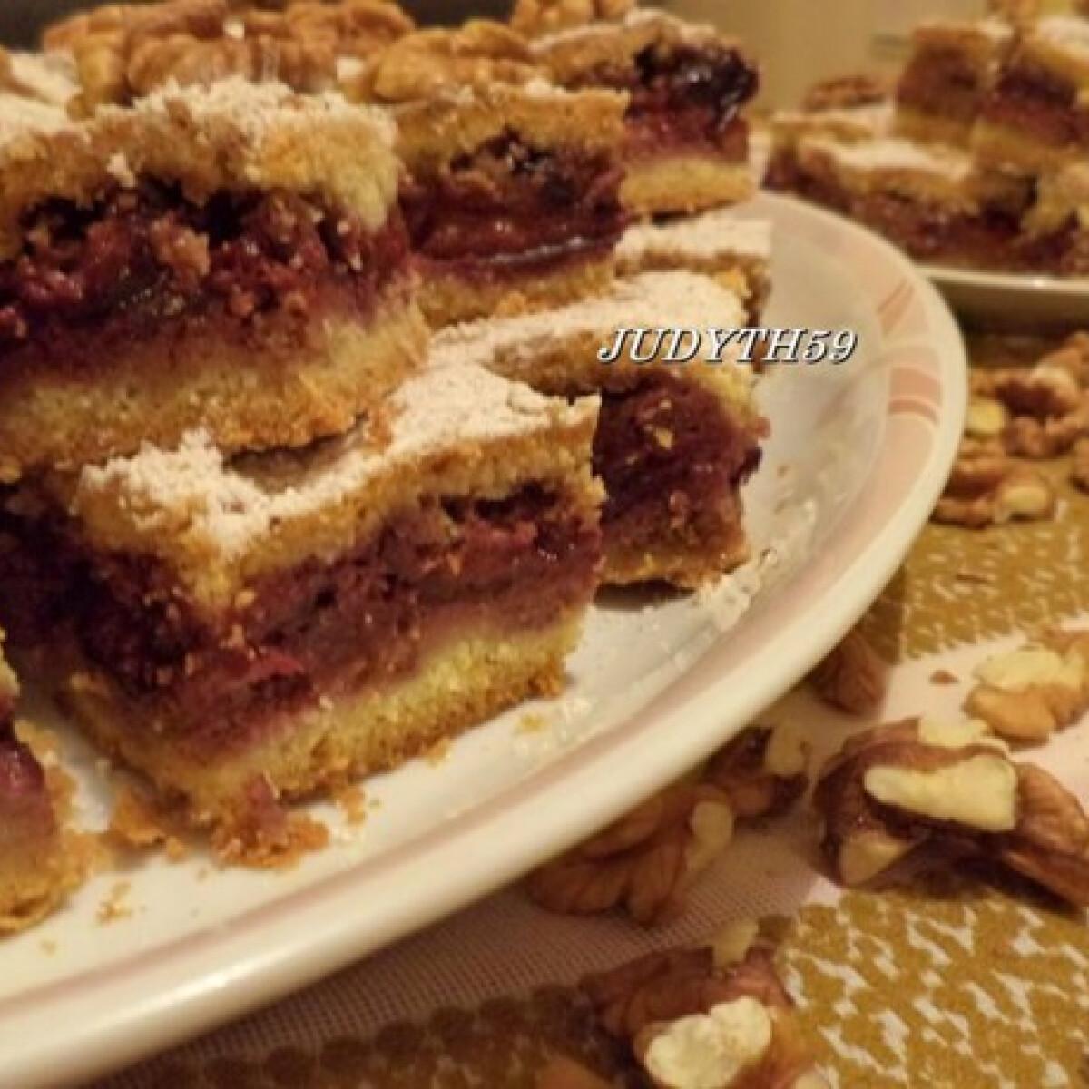 Ezen a képen: Diómorzsás szilvás süti