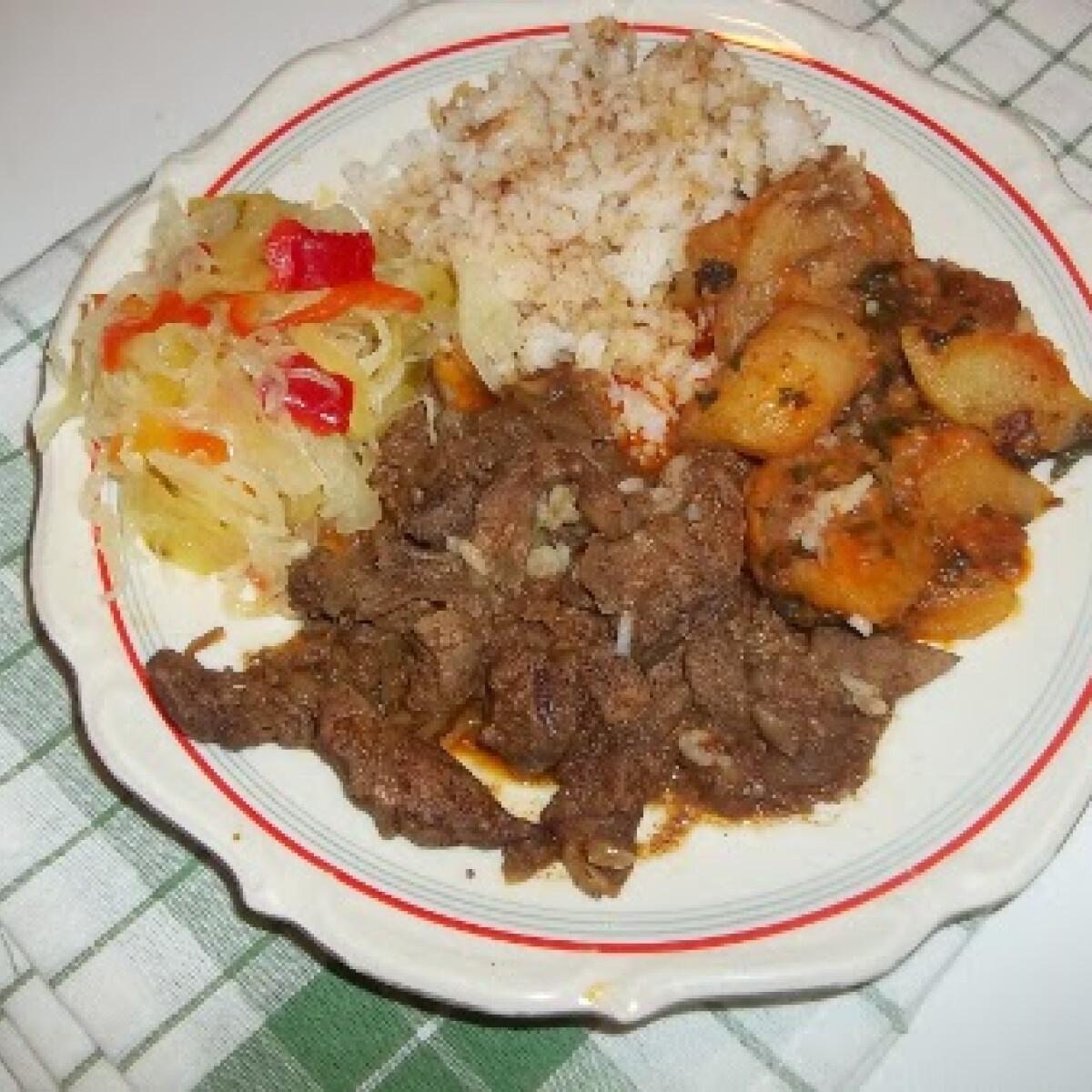 Ezen a képen: Resztelt sertésmáj rizzsel és sült krumplival