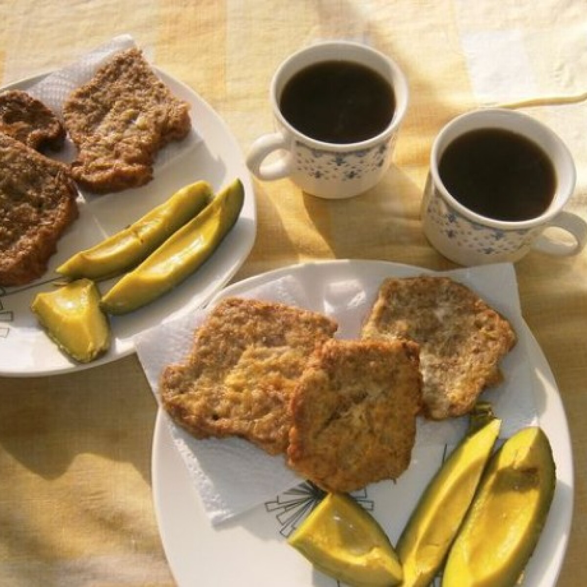 Ezen a képen: Fitness bundás kenyér avokádóval és kávéval