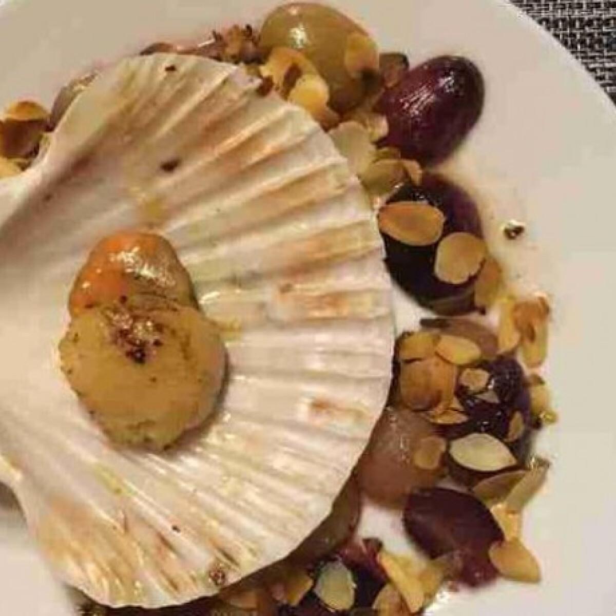 Ezen a képen: Sült kagyló pirított mandulával és szőlővel
