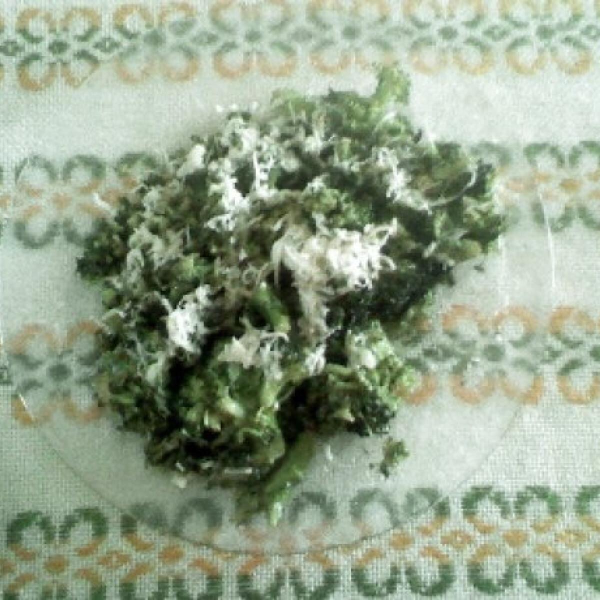 Ezen a képen: Vajon párolt sajtos brokkoli
