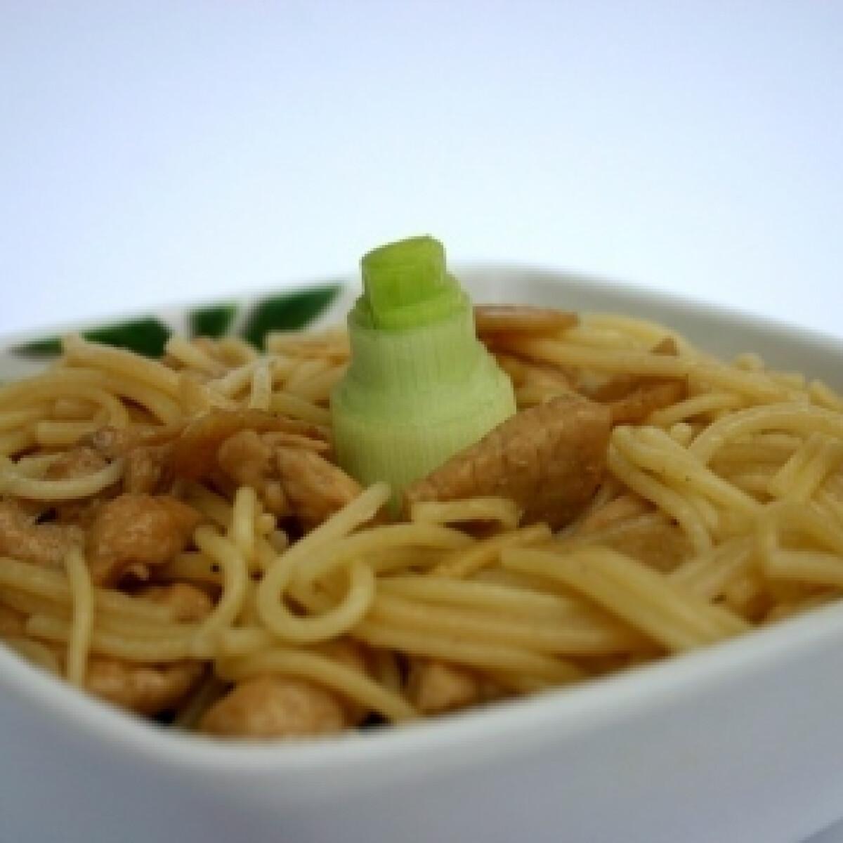 Ezen a képen: Fokhagymás-csirkés spagetti