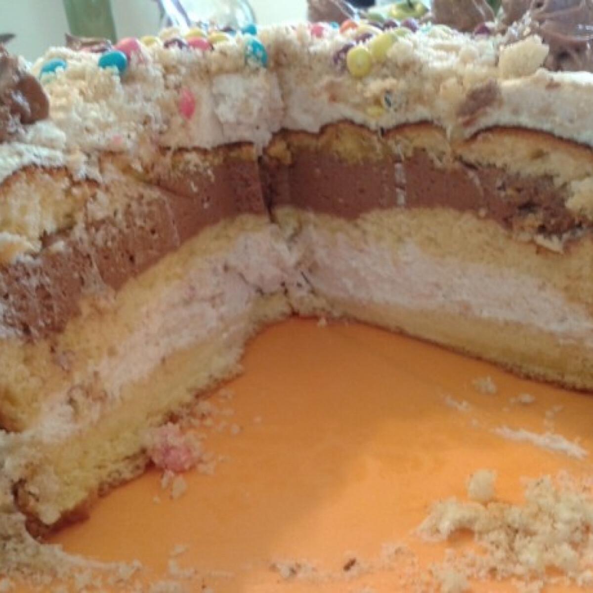 Ezen a képen: Amarettós-mogyorókrémes torta