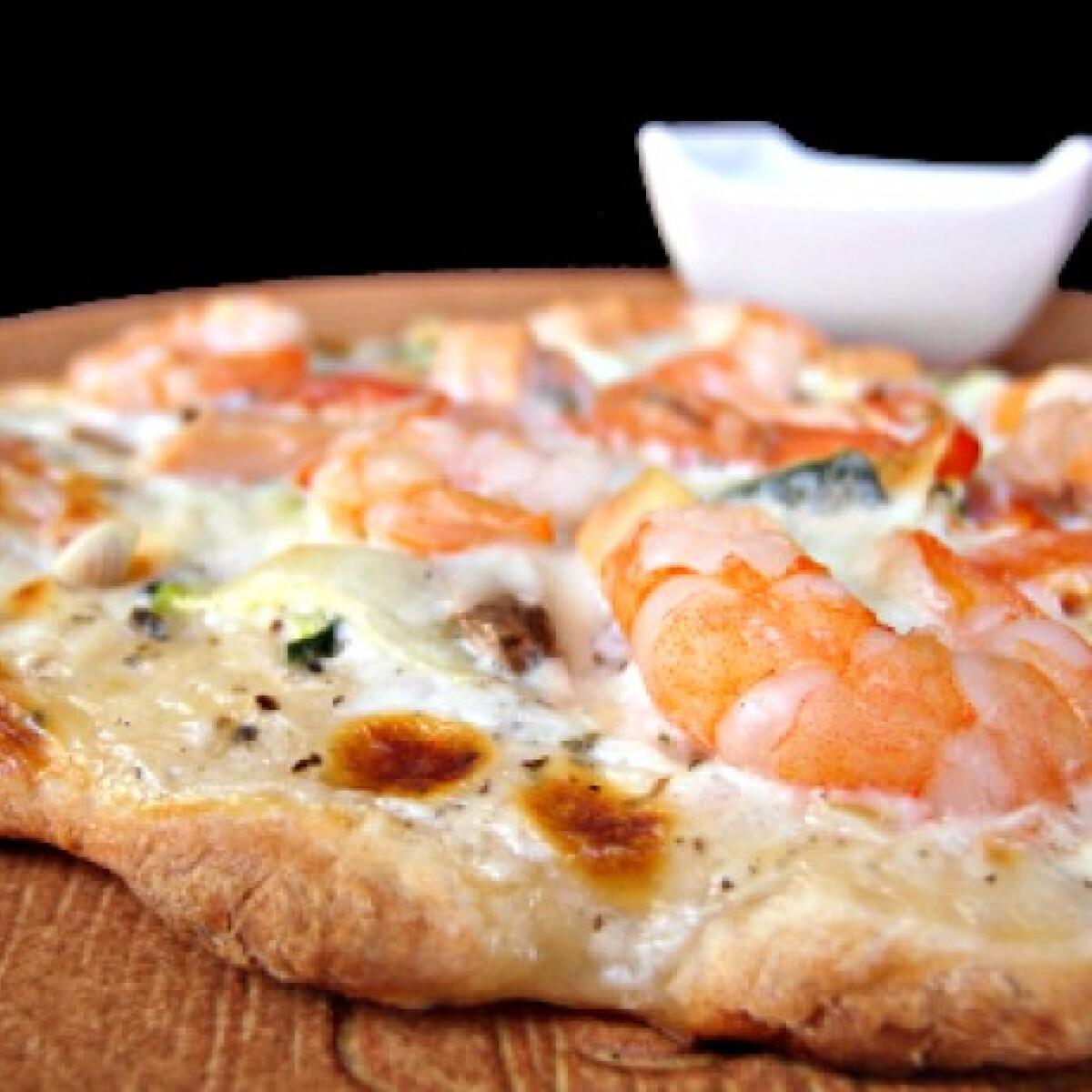 Ezen a képen: Lazacos-garnélás pizza