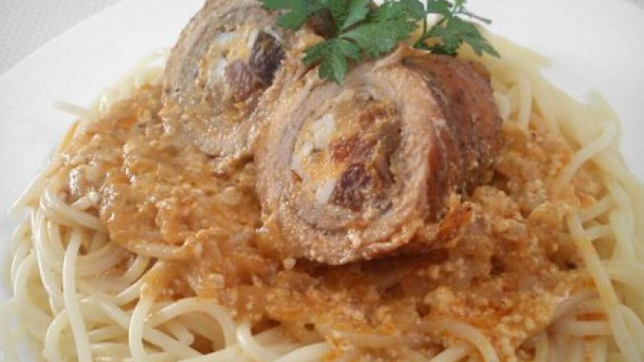 Göngyölt hús spagetti tésztával