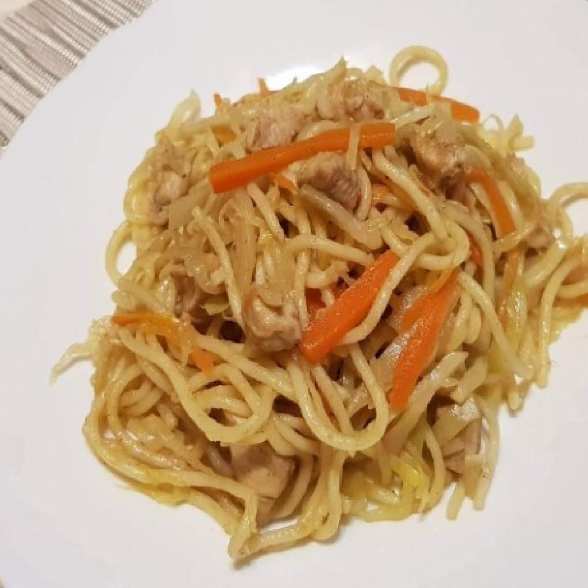 Ezen a képen: Kínai csirkés pirított tészta