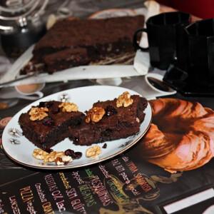 Lisztmentes aszaltmeggyes-diós brownie