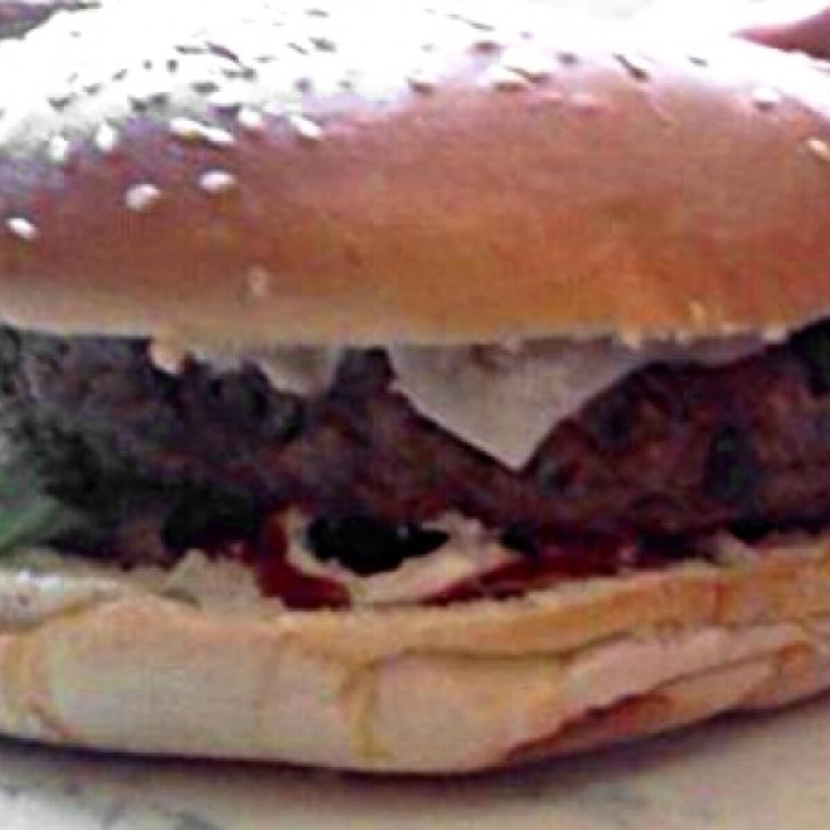 Ezen a képen: Hamburger ahogy petione készíti