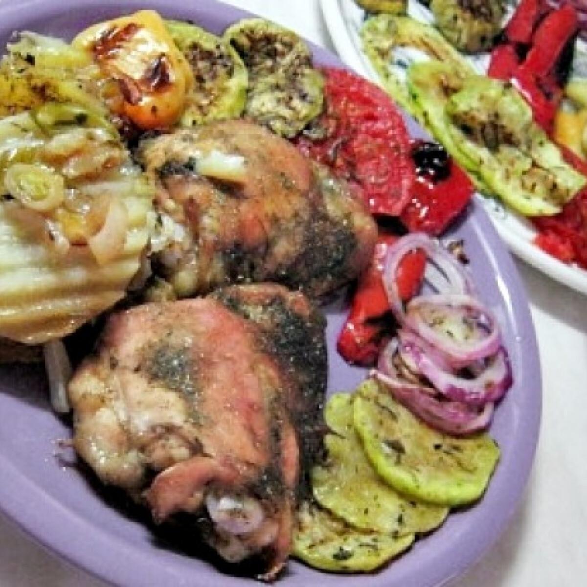 Ezen a képen: Sült csirke burgonyával és grill zöldségekkel