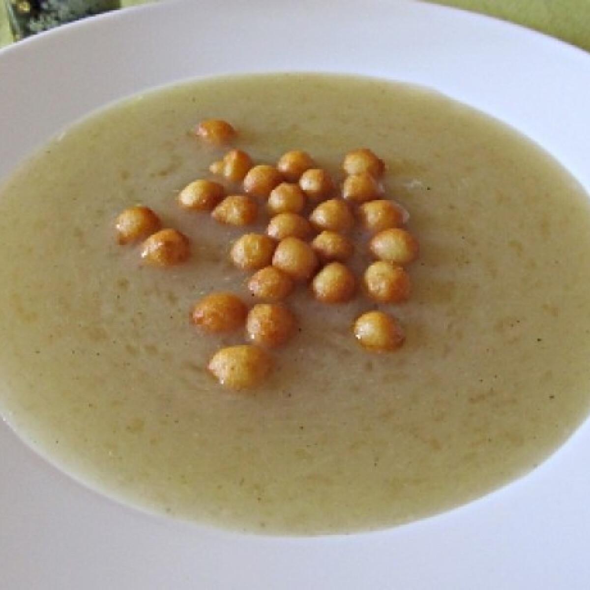 Ezen a képen: Spárgakrémleves Helga konyhájából