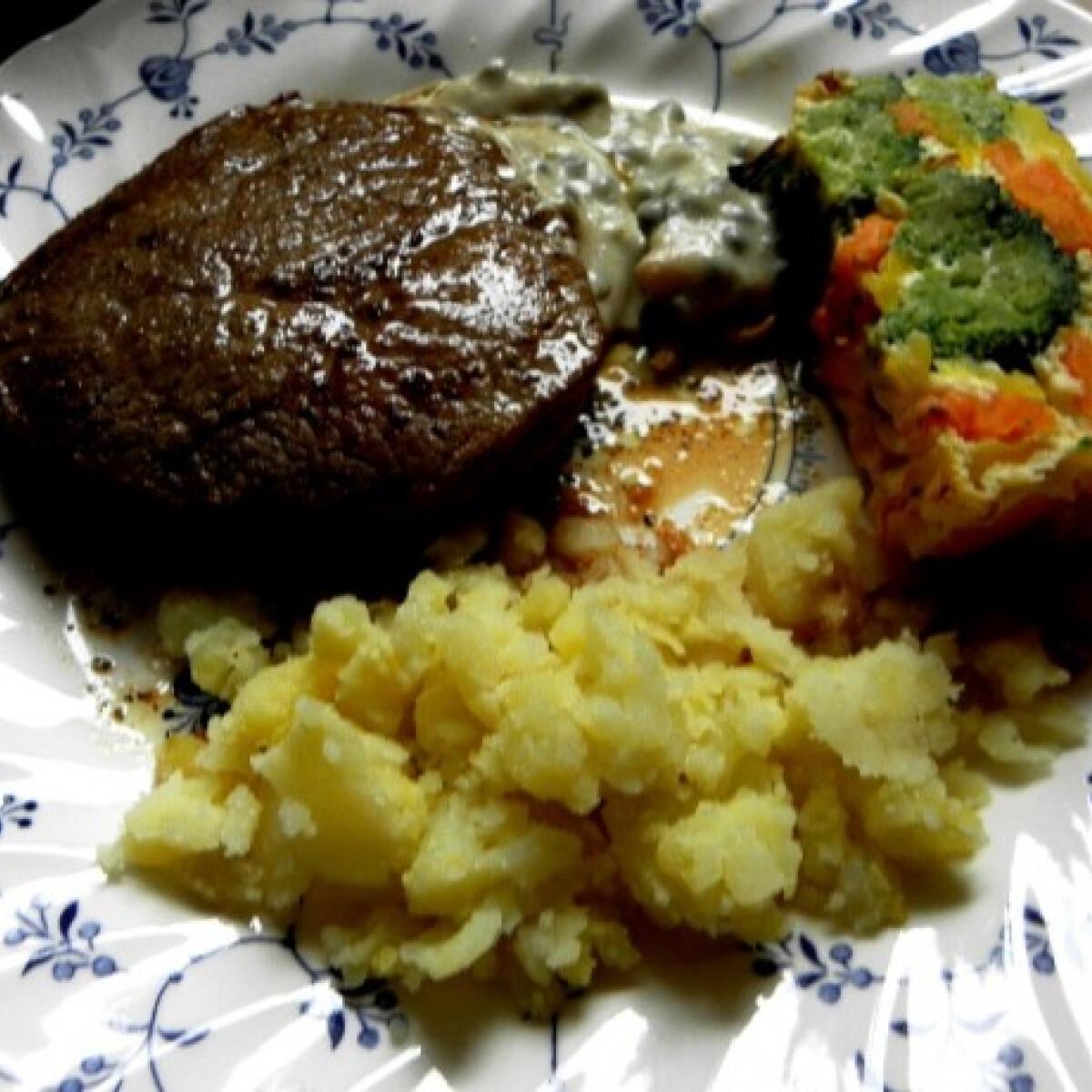 Ezen a képen: Steak zöldbors mártással és frittatával