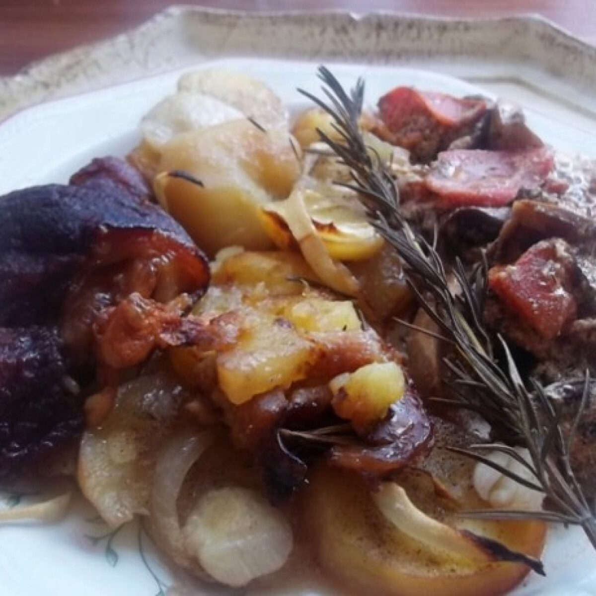 Ezen a képen: Vörösboros sült csülök hagymás krumpliágyon gombapaprikással