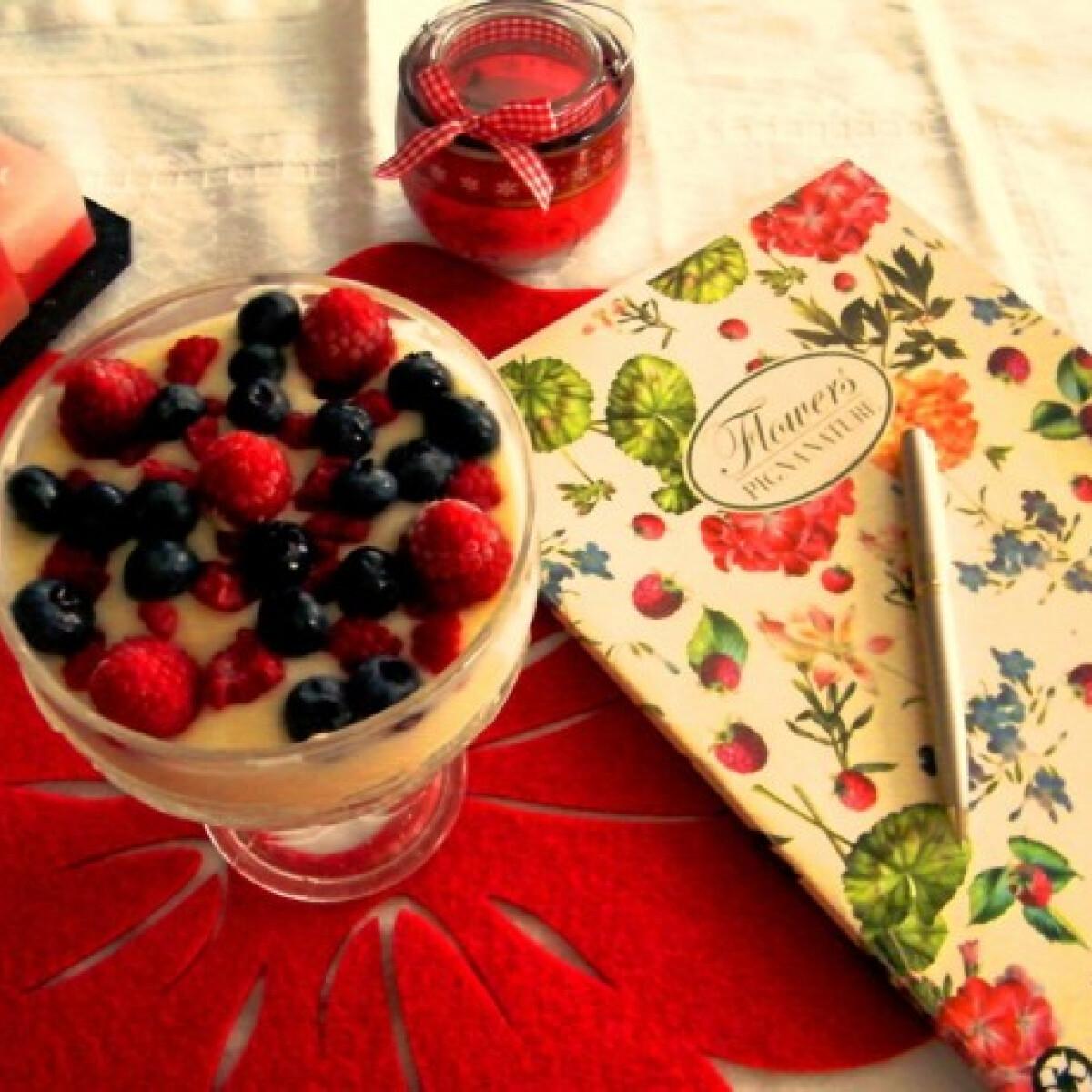 Ezen a képen: Citromos joghurtos puding gyümölccsel