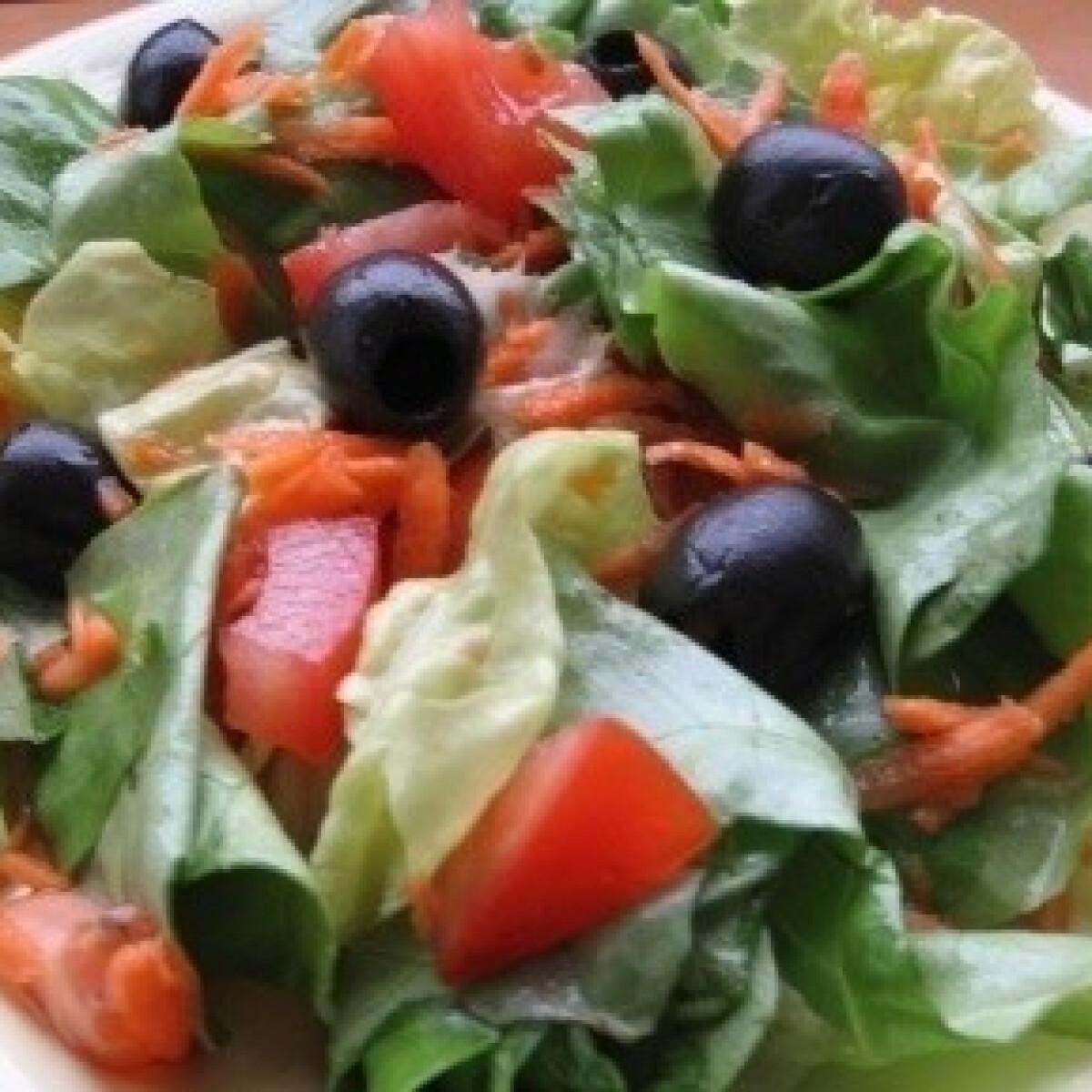 Ezen a képen: Ecetes-mézes-olívás saláta