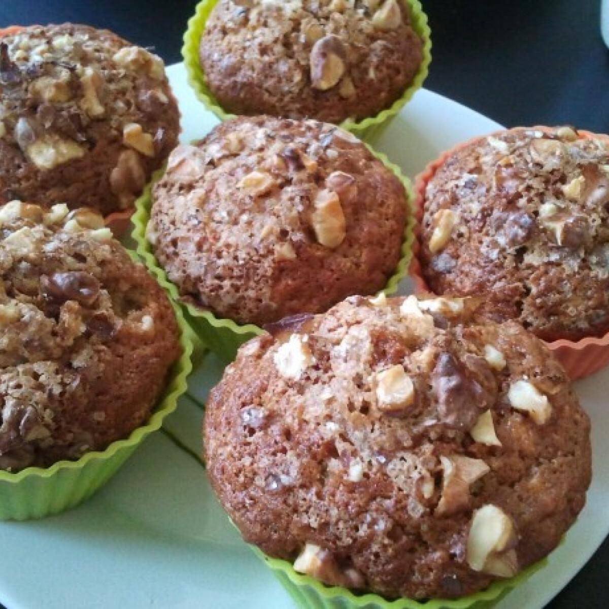 Ezen a képen: Almás-fahéjas muffin diómorzsával