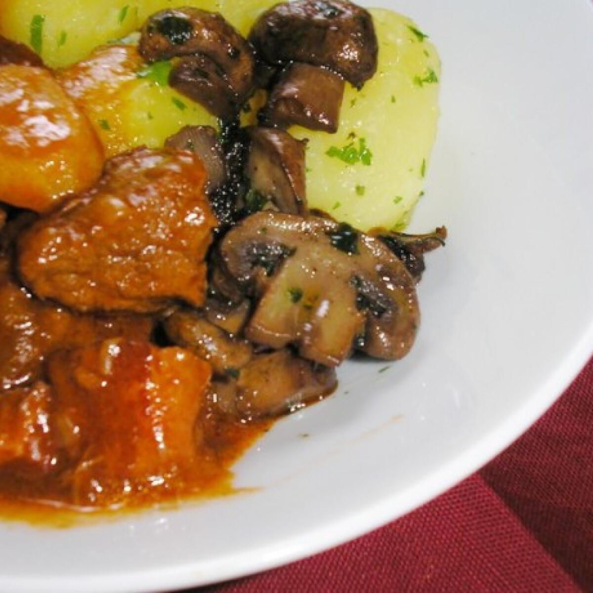 Ezen a képen: Burgundi marharagu Zsuzsamama konyhájából