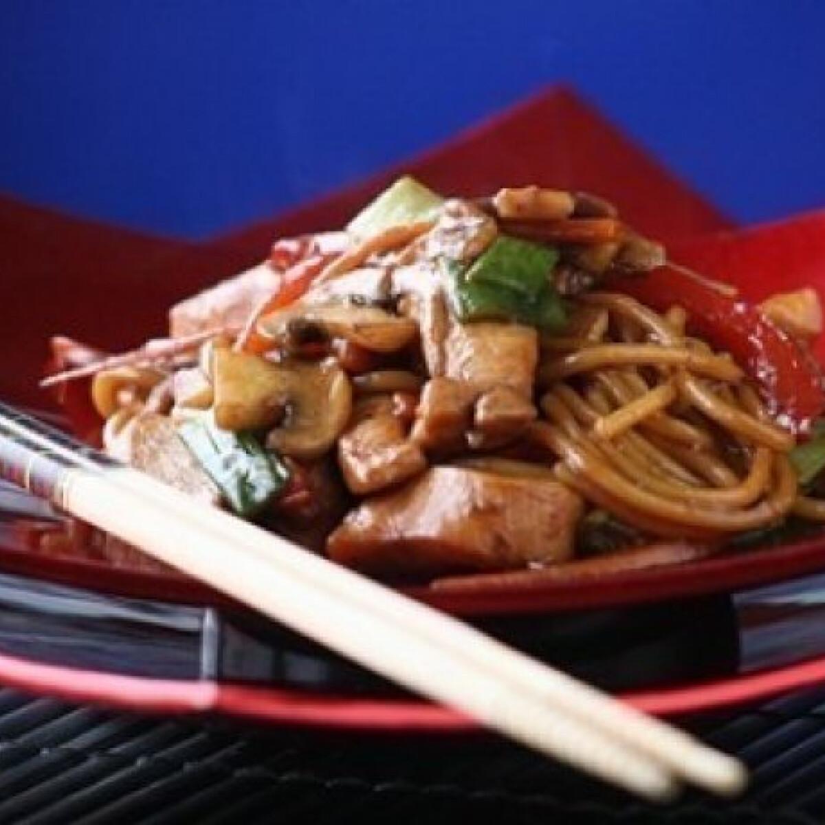 Ezen a képen: Chow mein - kínai sült tészta csirkével
