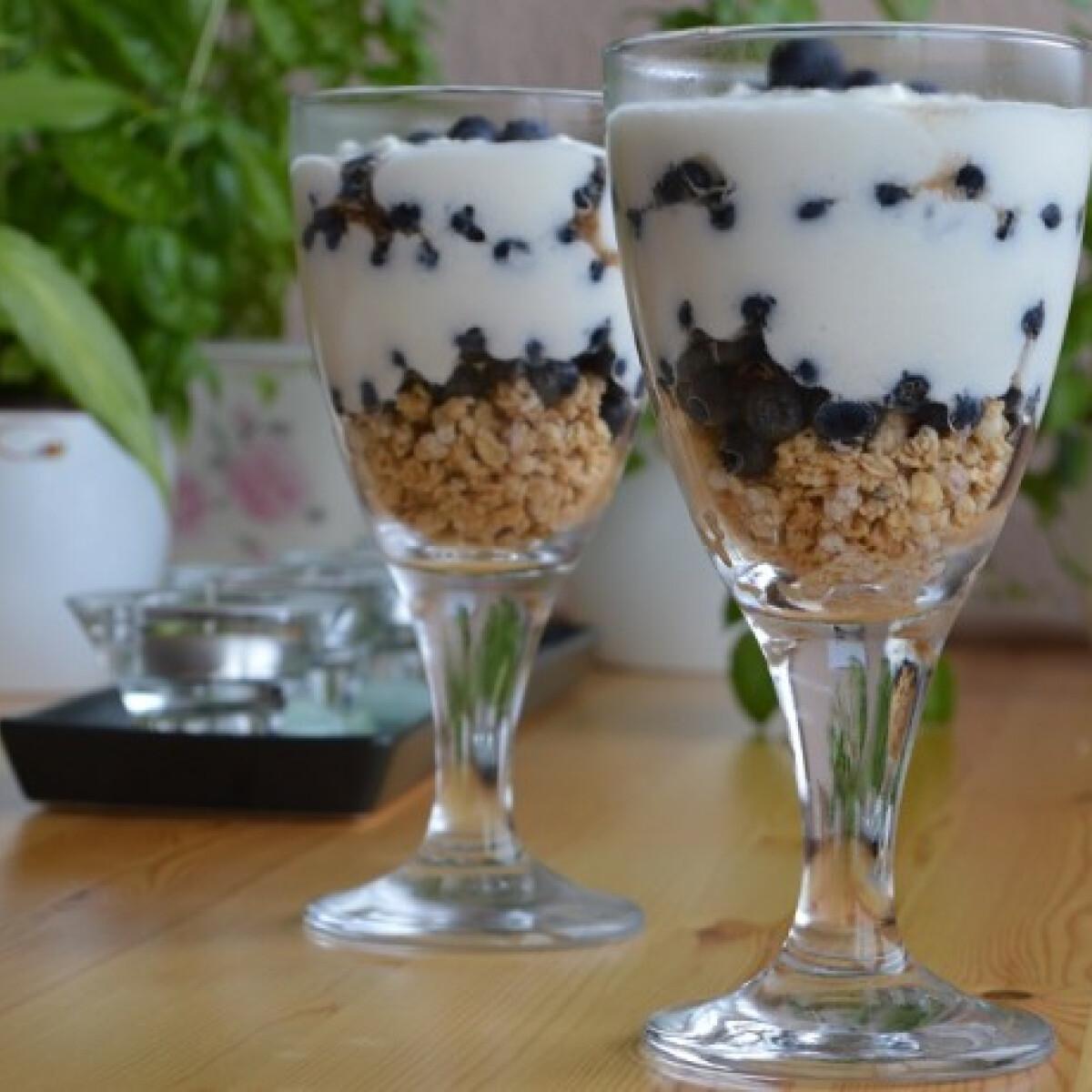 Ezen a képen: Áfonyás joghurtkrém müzlivel