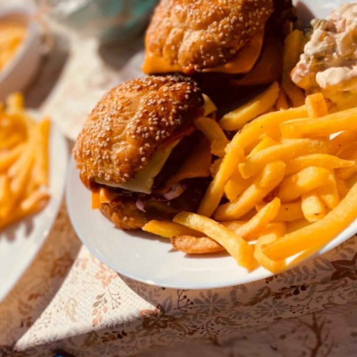 Ezen a képen: Grillezős hamburger