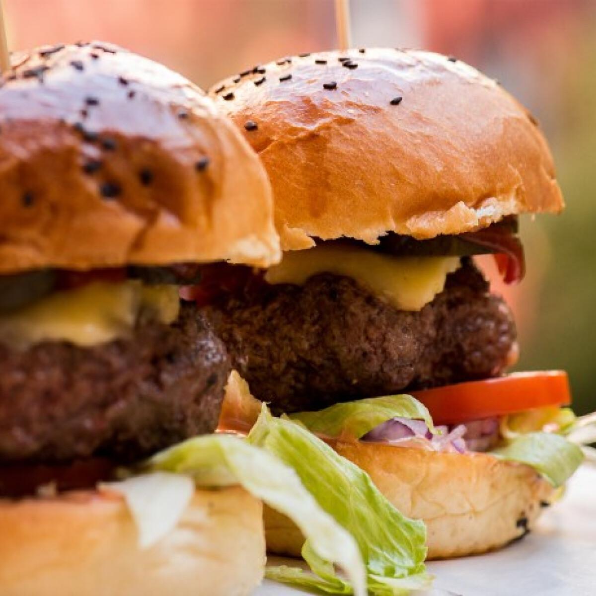 Ezen a képen: Házi sajtburger