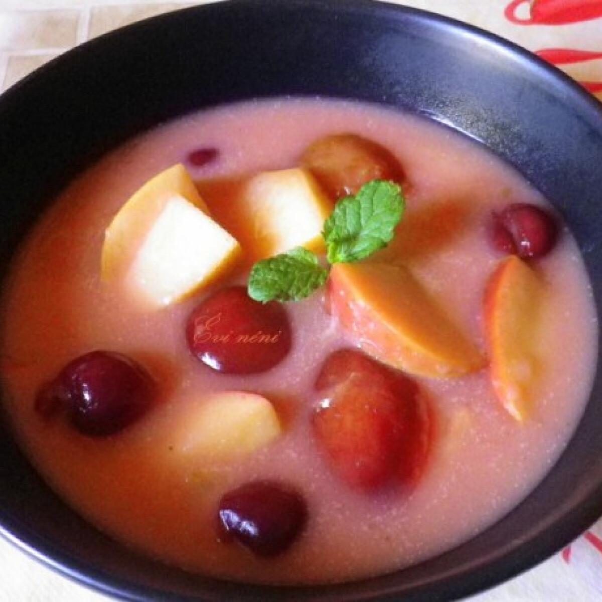 Ezen a képen: Vegyes gyümölcsleves Évi néni konyhájából