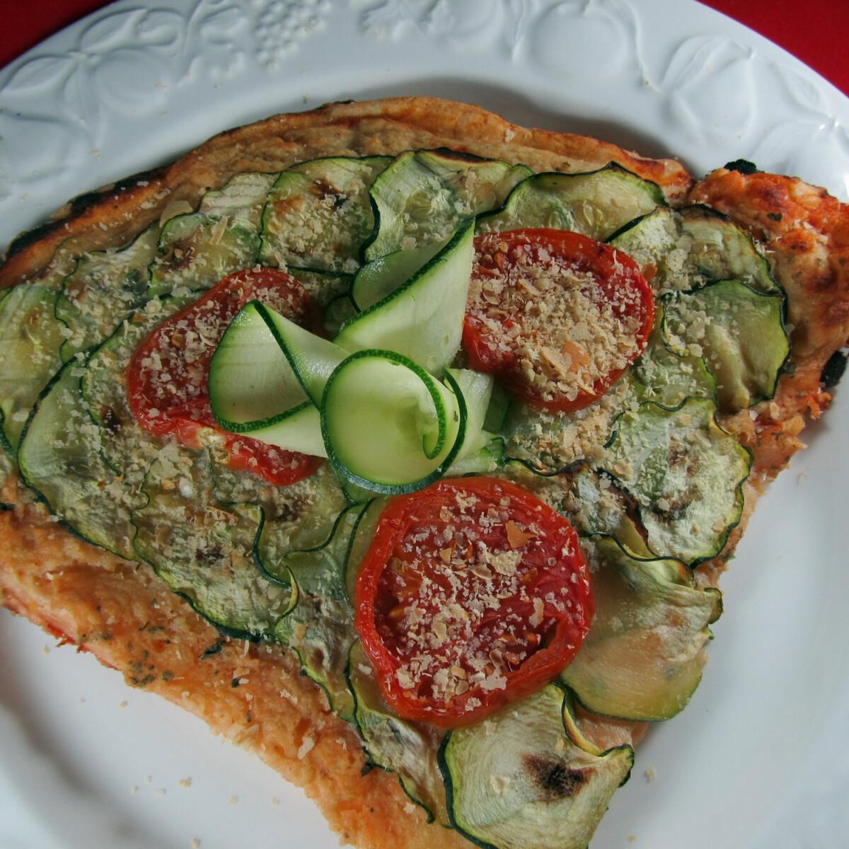 """Ezen a képen: Vegán """"sajtos"""" pizza gluténmentesen"""